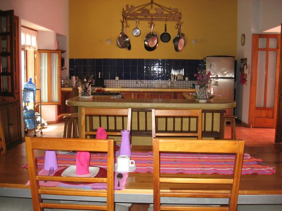 Casa de los Milagros B&B: The view of the open kitchen from the breakfast table.