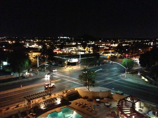 Hilton Garden Inn Scottsdale Old Town: View from 7th floor room at night