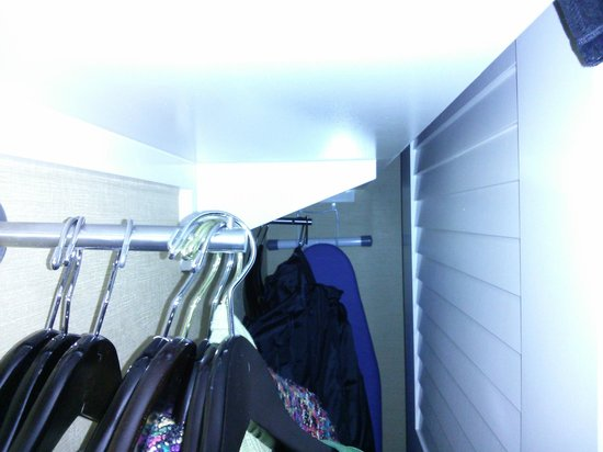 Courtyard by Marriott Chevy Chase: Very small closet