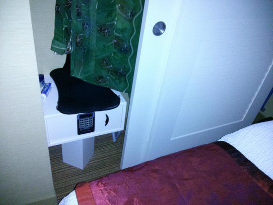 Courtyard by Marriott Chevy Chase: narrow closet
