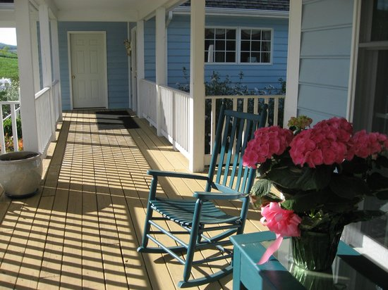 Brierley Hill Bed and Breakfast: Rocking chairs on the verandah