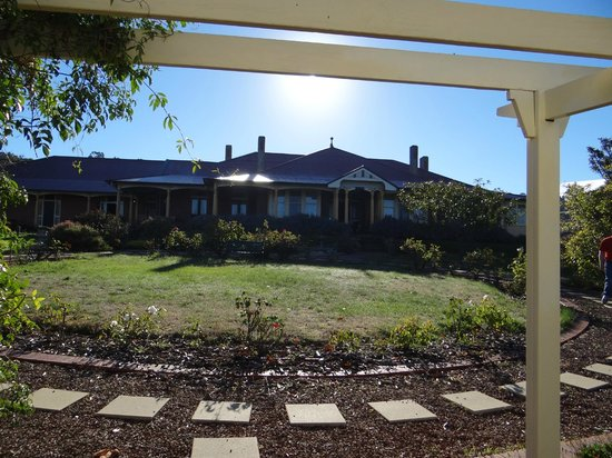 Lindisfarne, Australia: Front of the house with garden