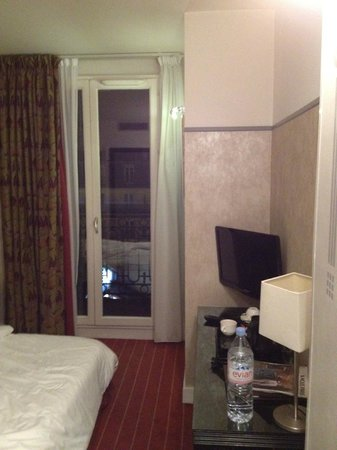 Eiffel Seine Hotel Paris: Standing in the doorway looking into the room