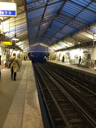 Eiffel Seine Hotel Paris: Bir Hakeim Metro station that's right across the street