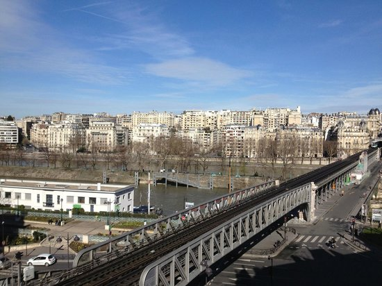 Eiffel Seine Hotel Paris: Day time view of Bir Hakeim line and Seine from my balcony in Rm 605