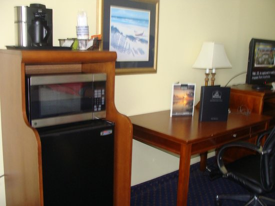 BEST WESTERN Ocean Beach Hotel &amp; Suites: Coffee maker, micro, fridge, desk
