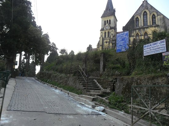 Darjeeling Tourist Lodge: The uphill road to Ldge