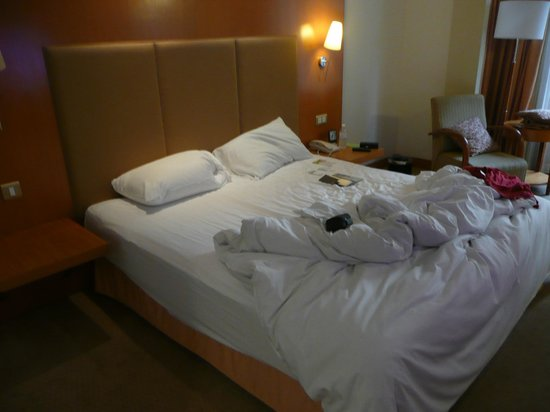 Carlton Hotel Singapore: Super comfy bed.