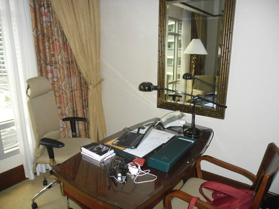 Mandarin Oriental, Kuala Lumpur: Desk and chair - internet access - wireless and wired.