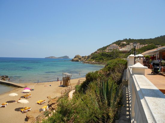 Invisa Hotel Club Cala Verde: View of beach from the bottom hotel
