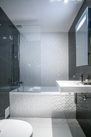Ascot Opera Hotel: Bathroom
