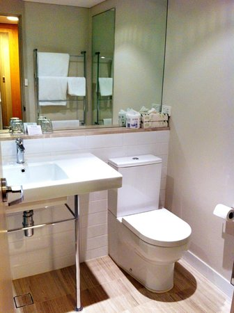 Rydges Lakeside Canberra: Modern bathroom