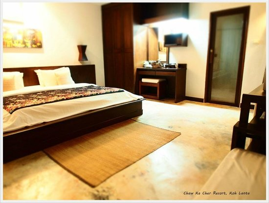 Chaw Ka Cher Tropicana Lanta Resort: King size bed in Large bed room