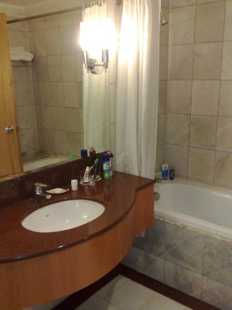 Sunway Putra Hotel: Shower &amp; bath