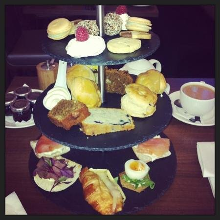 Hotel Indigo Edinburgh: afternoon tea.