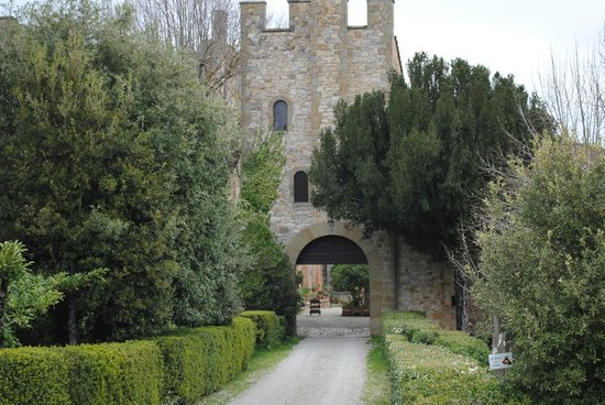 Castel Monastero: Nice little walk to a nearby castle