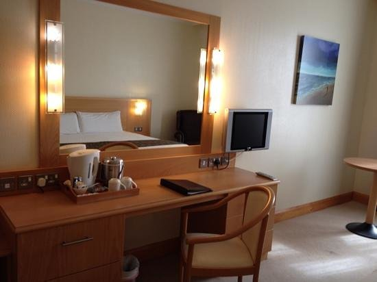 Hotel Ballina: work station and tv
