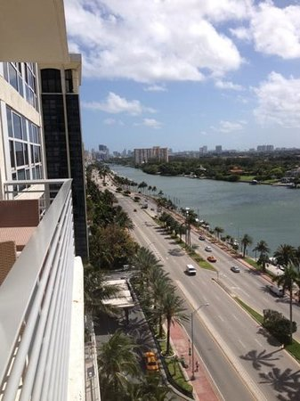 Grand Beach Hotel: bay view suite overlooks busy street and bay