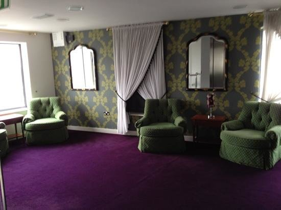 Harlequin Hotel Castlebar: seating area outside the lifts