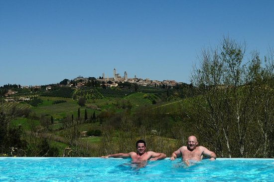 Agriturismo Poggiacolle: The View of pool to San Gimignano