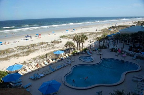 Courtyard by Marriott Jacksonville Beach Oceanfront: View of pool from room