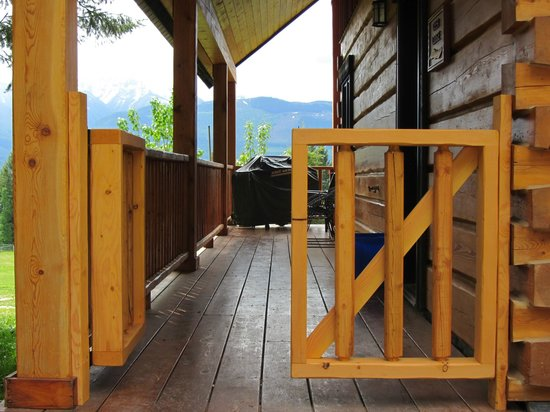 Mount 7 Lodges: Deer Lodge, gate to close in the deck area, added 2012