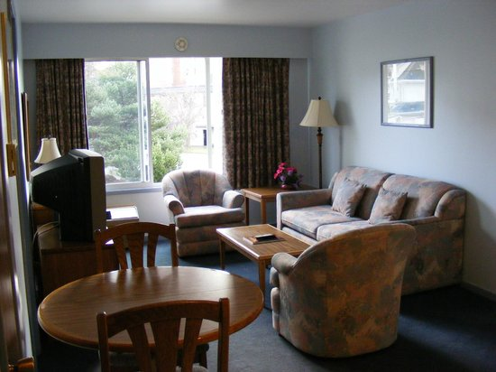 Admiral Inn: 1 bedroom suite living room.  Full kitchen is behind.
