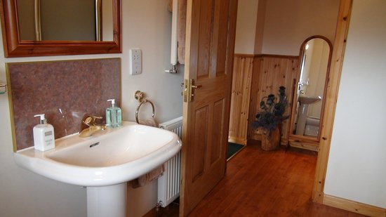 Glenmoriston, UK: Generous en-suite facilities with bath and seperate shower