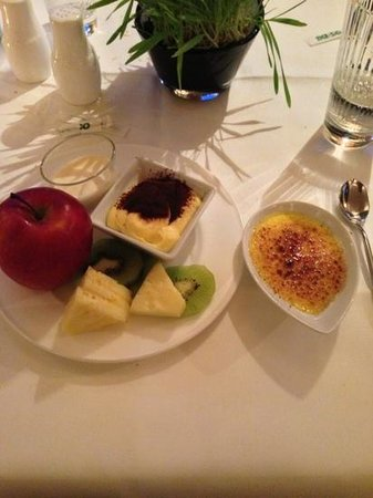 Hotel La Genzianella: frutta, tiramis, crema catalana, panna cotta