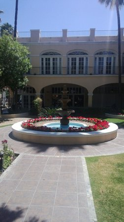 Crowne Plaza San Marcos Golf Resort: Front Fountains