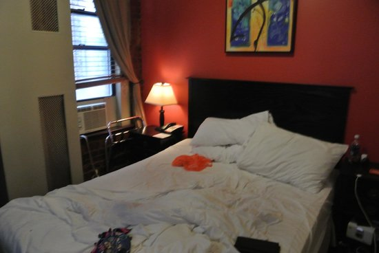 Marrakech Hotel on Broadway: Queen sized bed, quite comfy!