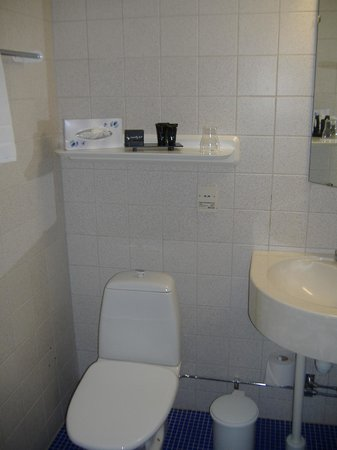 Central Hotel: Good, clean bathroom with basic amenities