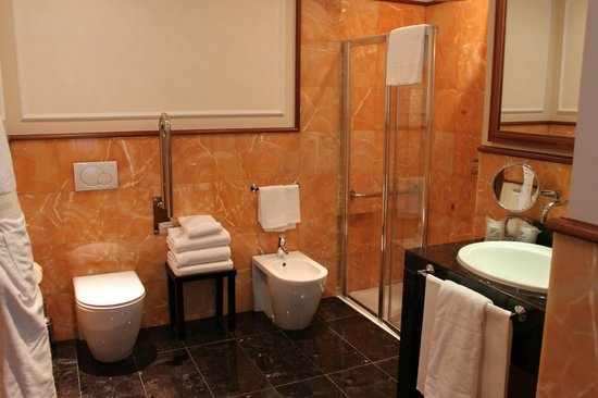 Hotel Manzoni: Our marble bathroom with huge shower