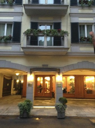 Hotel Manzoni: View of the hotel entrance at night