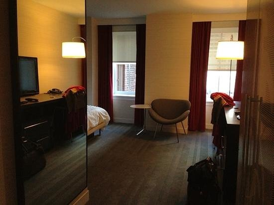 Le Meridien Philadelphia: The outside facing windows were helpful since the lighting wasn't great.