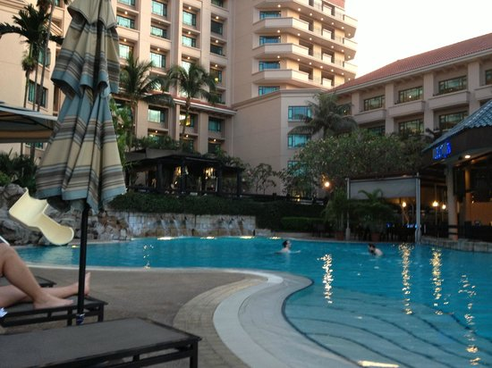 Swissotel Merchant Court: Outdoor pool adjacent to outdoor dining
