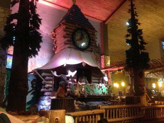 Great Wolf Lodge: Clock in lobby