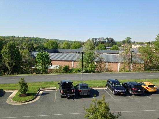 Courtyard by Marriott Charlottesville North: parking lot view