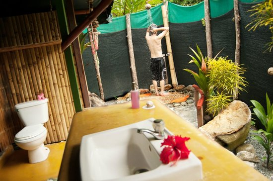 La Leona eco Lodge: Shower outside on sunny days or under the rain ,Great Experience..