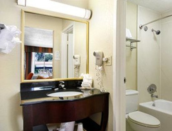 Howard Johnson Plaza Altamonte Springs Orlando North: Bathroom