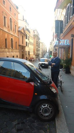 Hotel Anglo Americano: Parking in front of the Hotel in Italian way!?
