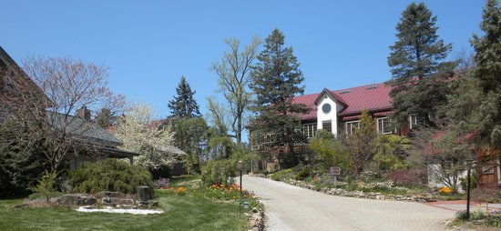 Glasbern Inn: Entrance Driveway and Main Reception Building