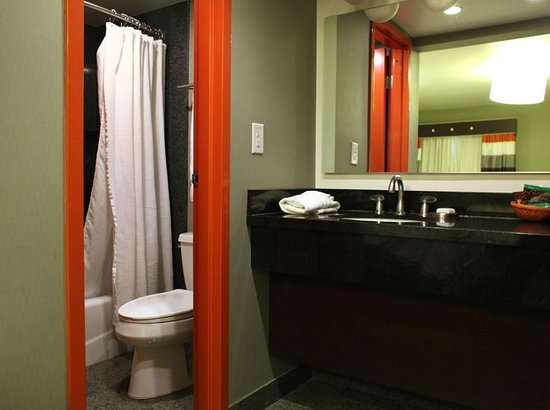 3 Palms: Standard Room, Bathroom