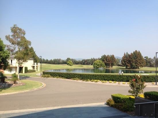 Lovedale, Australia: Golf course view at the front of the hotel