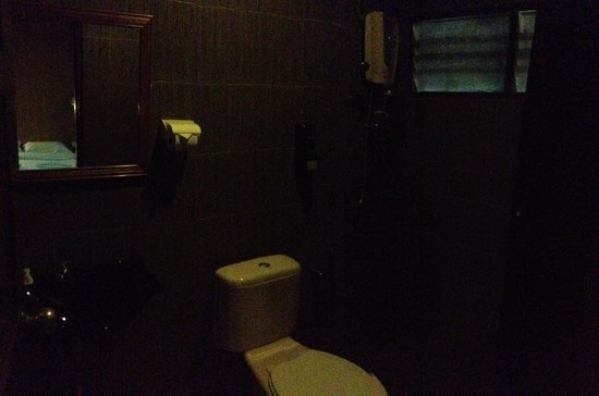 Malibest Resort: Dark bathroom