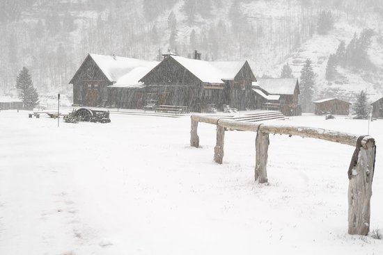 Dunton Hot Springs: Saloon through snow in April