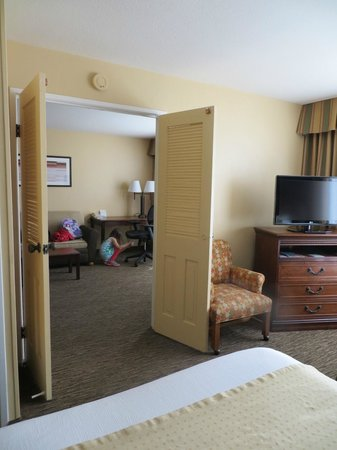 Holiday Inn Hotel & Suites Anaheim (1 BLK/Disneyland): Looking into the living room