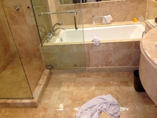 Conrad Centennial Singapore: Broken shower and bathroom flooded with water