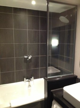 Congresbury, UK : the clean and spacious bathroom with heated mirrors and seperate toilet 