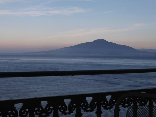 Imperial Hotel Tramontano: view of Vesuvius from hotel